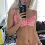 Selfie blonde sexy en sous-vêtements rose